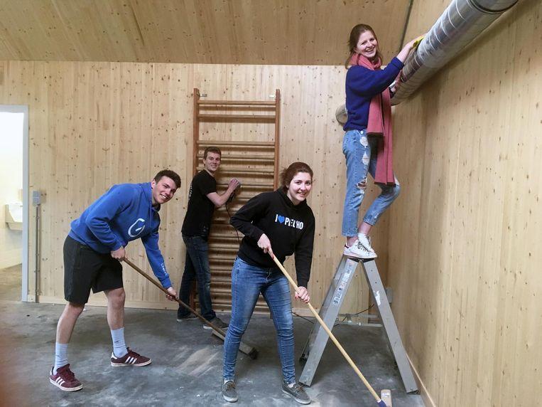 Leden van de jeugdbeweging waren gisteren bezig met de grote schoonmaak.