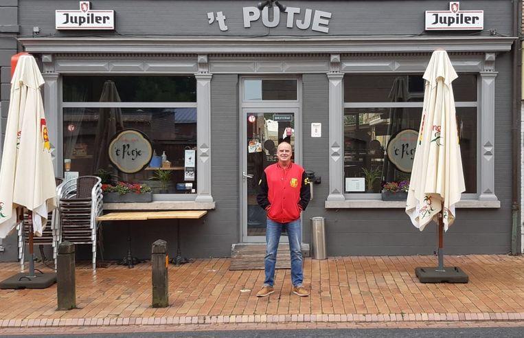 Alain voor café 't Putje waar het nieuwe supporterslokaal van de Brugse Duivels komt.