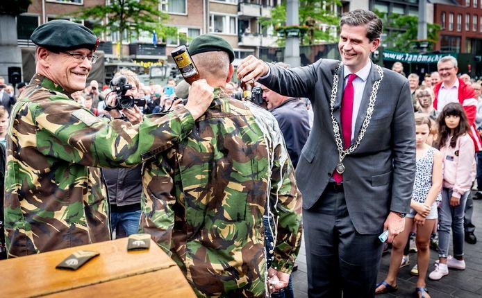 In 2018 waren de Landmachtdagen in Dordrecht. Rechts Wouter Kolff, burgemeester van Dordrecht en oud-burgemeester van Veenendaal.