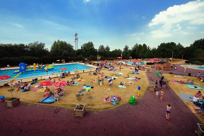 Zwembad De Stok : Topdrukte bij zwembaden in west brabant personeel moet aan de bak