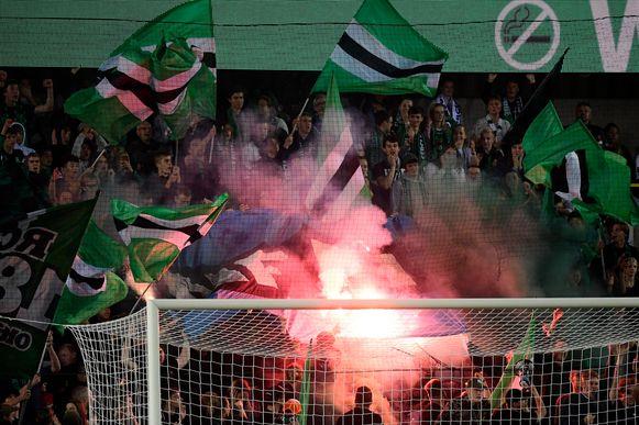 Cercle Brugge-fans steken een Club Brugge-vlag in brand.