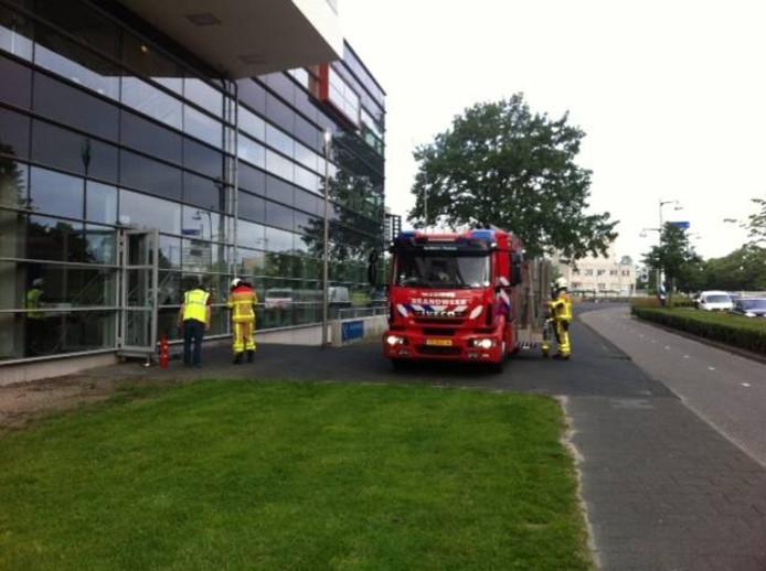 Brandweerlieden gaan Aventus binnen. Foto: Ton van der Schouw