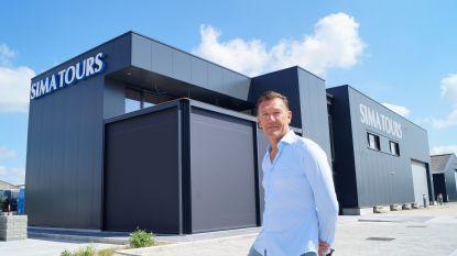 """Autocarbedrijf Sima Tours verhuist naar Industrielaan in volle coronacrisis: """"Dit had de kers op de taart moeten zijn. Maar reden om te feesten is er niet"""""""