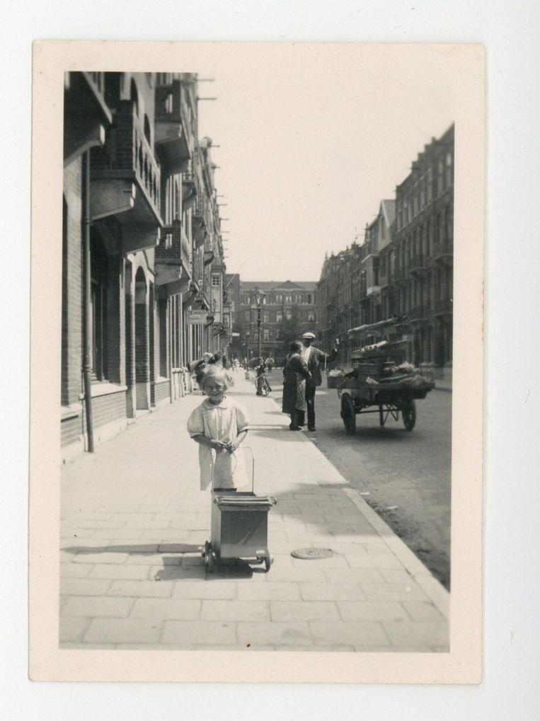 De Zacharias Jansestraat eind jaren dertig, met Ena achter haar poppenwagen. Beeld -