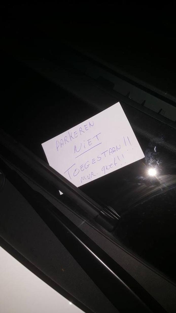 De politie ontving een briefje achter de ruit  nadat de dienstwagen op de stoep stond geparkeerd.