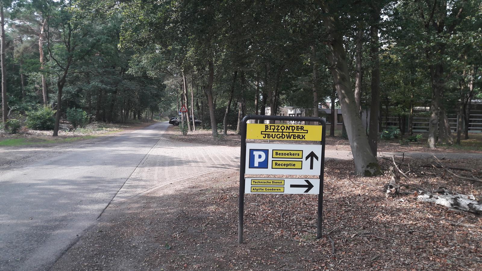 De entree naar stichting Bijzonder Jeugdwerk in de bossen tussen Deurne en Liessel.