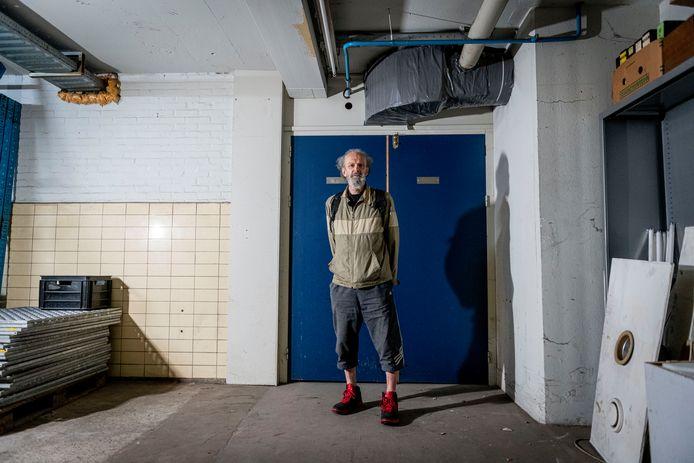 Jan Parmentier voor de afgesloten kelder in het Hazemeijer-complex. Daarachter liggen ongeveer 130 pallets vol 'historische' apparaten.