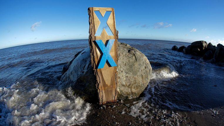 Met kruizen langs de kust in Duitsland wordt geprotesteerd tegen de tunnel. Beeld Epa