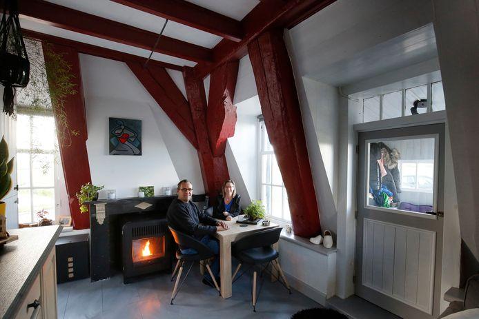 Inge (50) en Frans Klijn (46) in de woonkamer van Tiendwegse Molen in Hardinxveld-Giessendam.