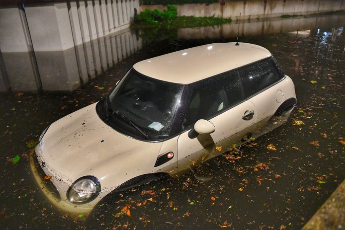 Deze auto is flink getroffen door het noodweer in Valkenswaard vrijdagavond