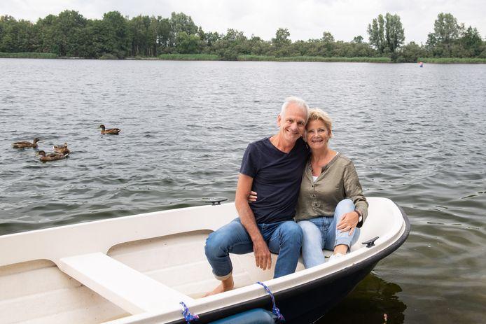 Ton en Annelies Peters in hun bootje op het Grasbroek.