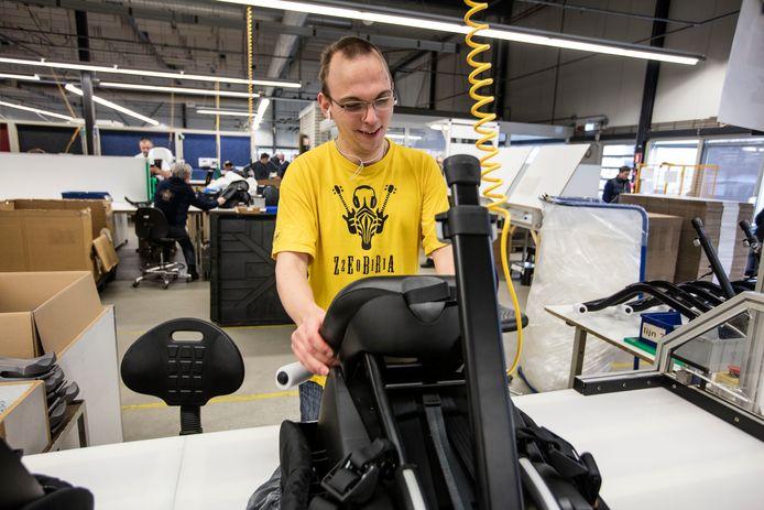 Foto ter illustratie. De productie van autozitjes door Senzer-medewerkers in Helmond.