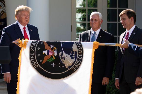 President Donald Trump, vice-president Mike Pence en minister van Defensie Mark Esper met de vlag van het US Space Command.