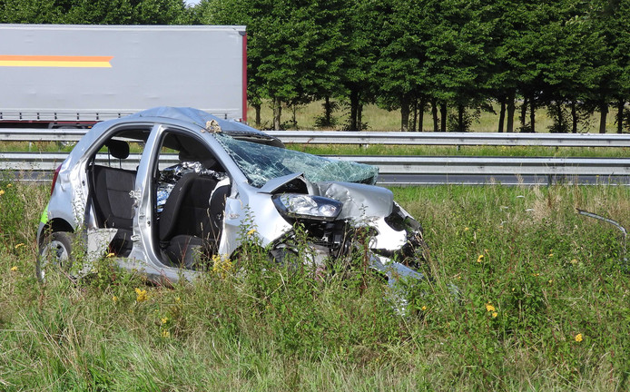 De zwaar beschadigde auto na het ongeval op de A73 bij Haps.
