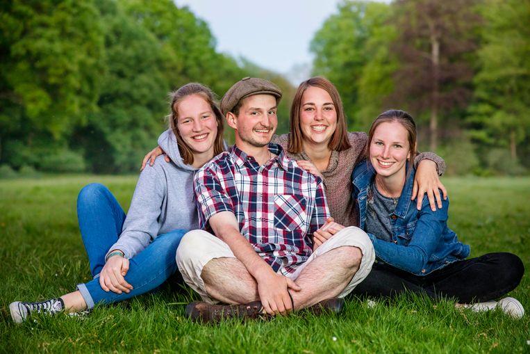 Boer Jitse en zijn drie favoriete vrouwen Marlies, Siska en Christy.