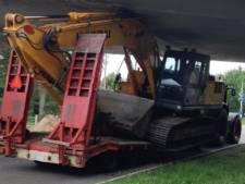 Kraan en dieplader muurvast onder viaduct bij Ommen, hele weg zit dicht