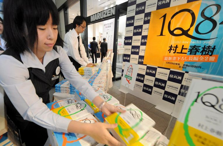 Een Japanse boekenwinkel vol met 1Q84, in 2009. Beeld null
