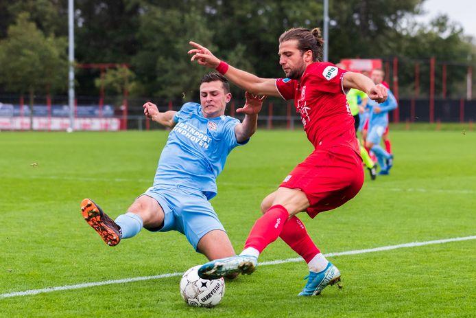 Lazaros Lamprou kapt Rico Zeegers uit van Jong PSV.
