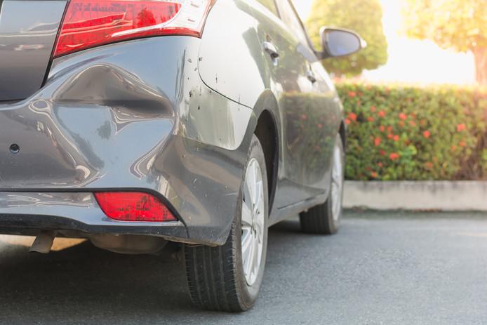Een verzekerde probeerde zijn verzekeraar op te lichten met een 'oude' deuk in zijn auto, maar daar stak de verzekeringsmaatschappij een stokje voor.