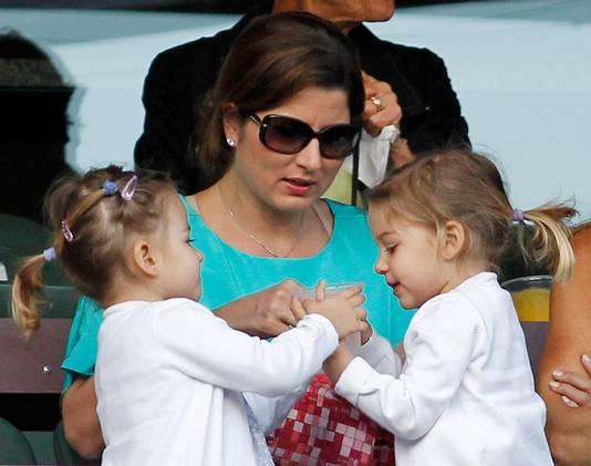 Mirka Federer met de eerste tweeling, twee meisjes.