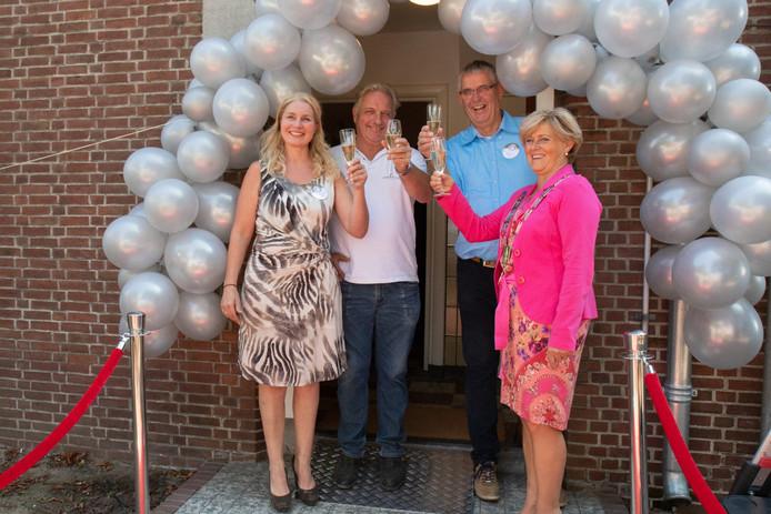 Hannie Nieuwenhuizen, Jan Suijkerbuijk (voorzitter De Parel), burgemeester Marleen Sijbers.