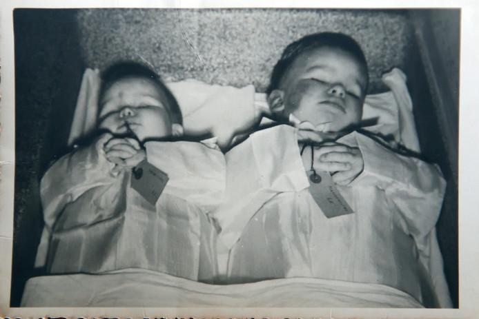 """Na de Watersnoodramp ontvangen Koosje Koetsenruyter en haar man de bovenste foto: Cia (1,5) en Pietje (3) naast elkaar opgebaard. """"Voor anderen misschien confronterend, maar mij geeft het rust ze zo vredig te zien liggen."""""""
