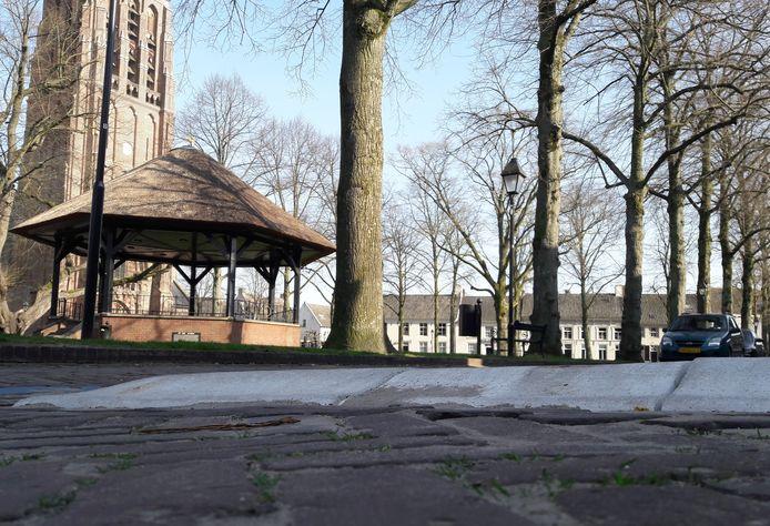 Drempels op de Hoge Zij moeten het verkeer langs de Vrijthof in Hilvarenbeek afremmen.