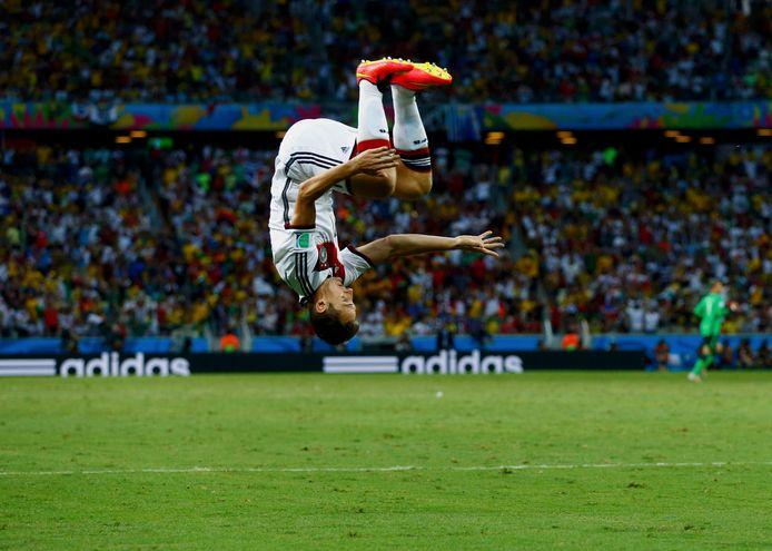 Miroslav Klose viert zijn doelpunt tegen Ghana op het WK van 2014