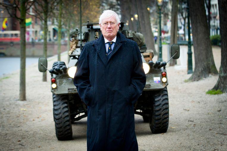 2015-11-09 00:00:00 DEN HAAG - Hans Wiegel, in zijn rol als erevoorzitter van de JOVD, de jongerenorganisatie van de VVD, arriveert met een pantservoertuig bij de Hofvijver. Hij zal daar samen met JOVD-voorzitter Matthijs van de Burgwal een pamflet overhandigen aan minister Jeanine Hennis van Defensie met daarop een oproep voor meer investeringen in de Nederlandse krijgsmacht. ANP EVERT-JAN DANIELS Beeld Anp