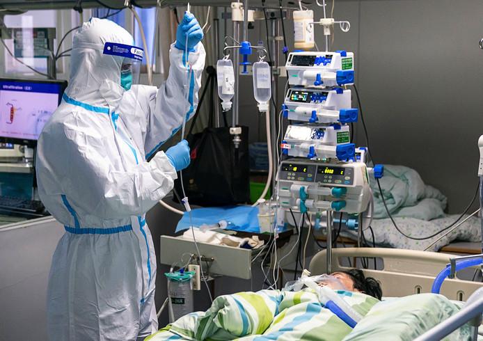 Een patiënt met het coronavirus onder behandeling in een Chinees ziekenhuis.