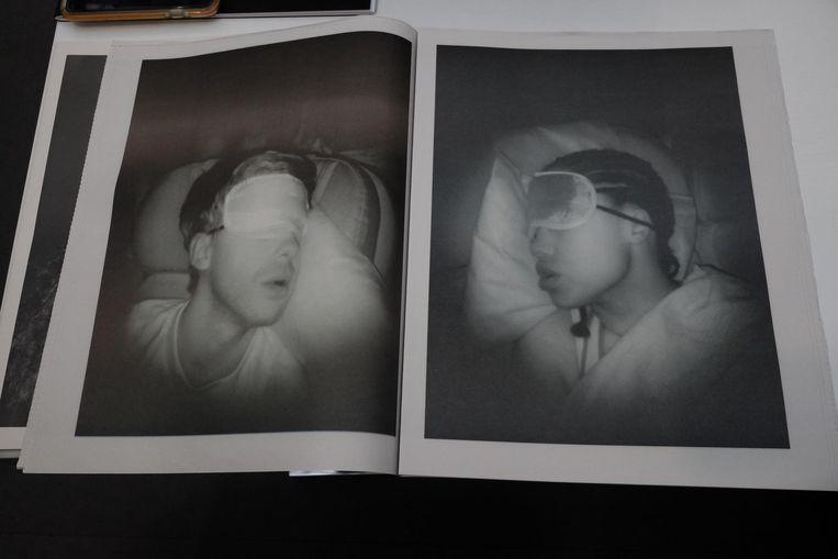 Een door Pieter Hugo samengesteld krantje met foto's van medepassagiers , 40duizwnd voet boven de Atlantische Oceaan. Onderweg van Zuid-Afrika naar Atlanta in de VS kon Hugo de slaap niet vatten. En dus nam hij de camera ter hand, om foto's te maken van degenen die wel in dromen- of nachtmerrieland waren. Best aandoenlijk. Beeld Arno Haijtema