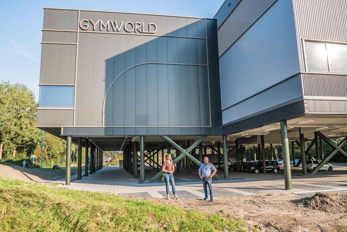 Gymworld heeft de architectuurprijs gewonnen, Huib Bazuin en Marloes Koster voor het gebouw.