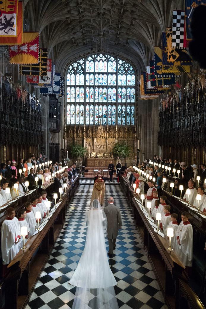 Meghan en Charles lopen door Windsor Castle.