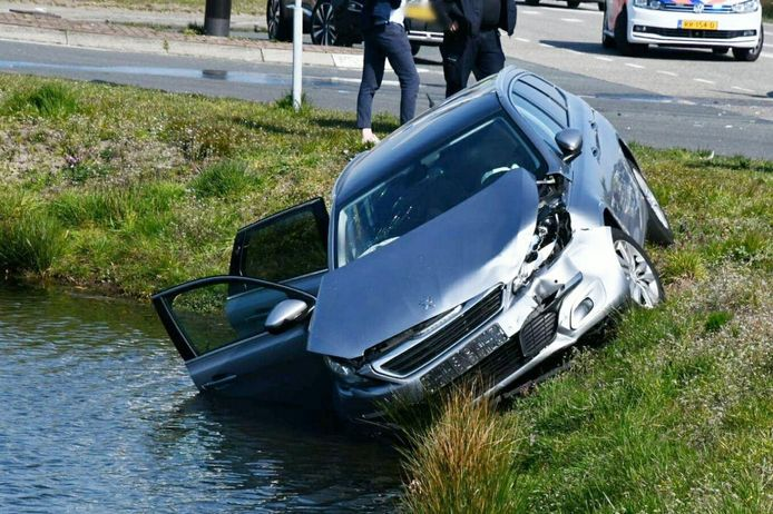 Een van de auto's is door het ongeluk van de weg geraakt en deels in een vijver terecht gekomen.