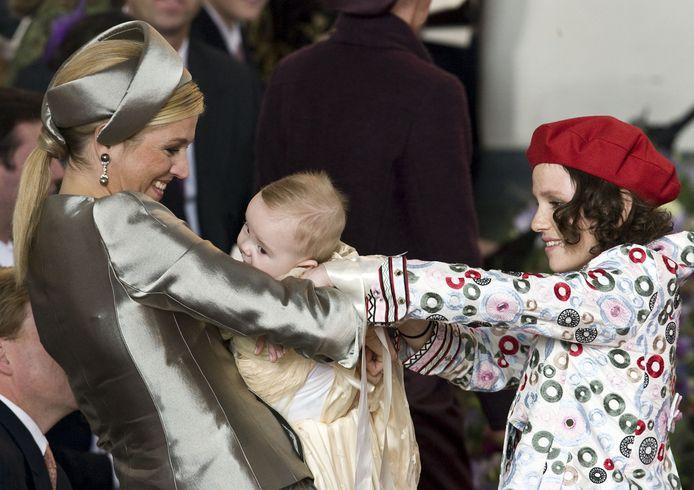 Inés geeft prinses Ariane aan prinses Máxima tijdens de doop in 2007.