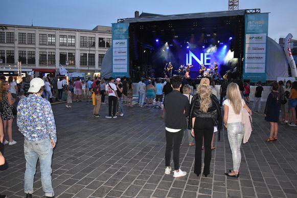 Toen Ine om 21 uur aan haar optreden begon was er nog maar weinig volk op de markt.