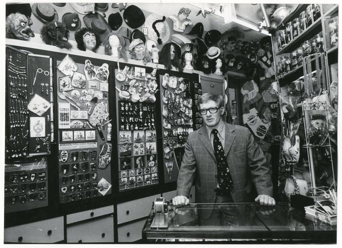 Ton Kroes in 1975 in zijn beroemde feest- en fopartikelenwinkel in de Passage.