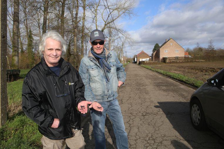 Wandelaars Michel Hayen en José Capellen treffen dezelfde schroeven aan tijdens hun wandeling.