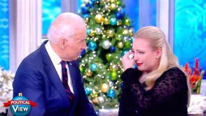 Joe Biden troost dochter van doodzieke John McCain en ontroert heel de VS in emotioneel tv-fragment
