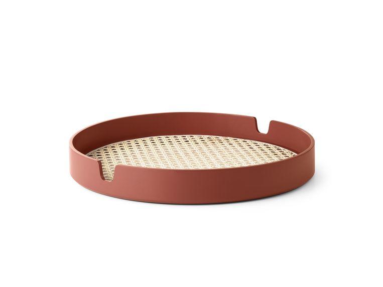 'Salon'-dienblad met een geweven rotan bodem en een rand van gebogen beukenhout. Diameter 35 cm, € 87. normann-copenhagen.com Beeld