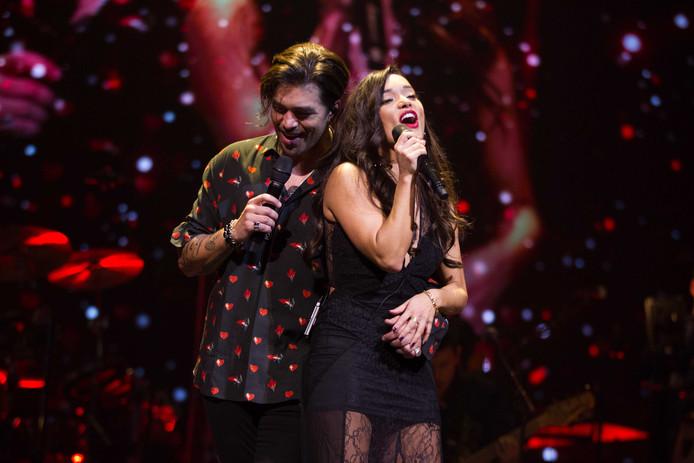 Waylon en Bibi in duet tijdens  tijdens de Top 1000 Allertijden Waylon Live In Concert, op 1 december.