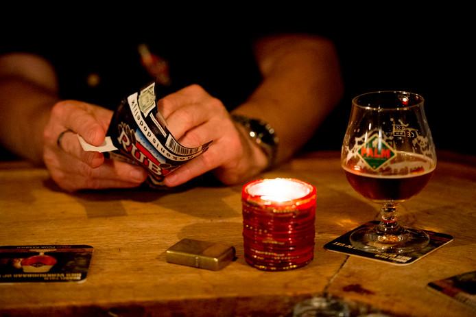 Roken in cafés is verboden, maar in acht van de zestien cafés die werden gecontroleerd stonden de asbakken nog op tafel