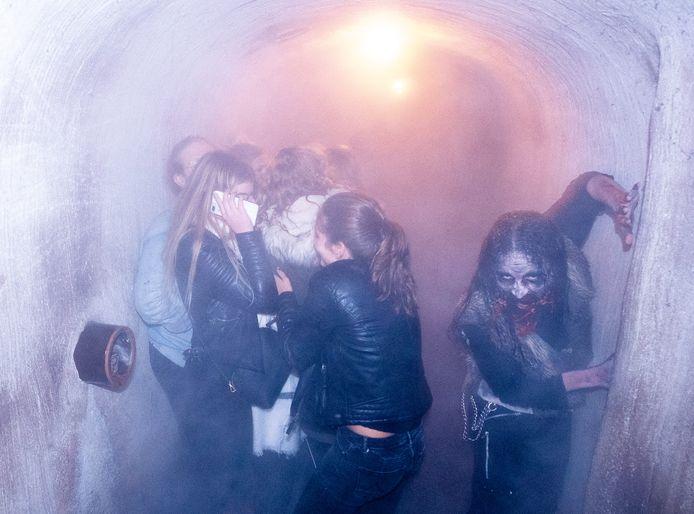 Een afschrikwekkend wezen jaagt een groepje tienermeisjes de stuipen op het lijf in het gangenstelsel van de achtbaan Rioolrat.