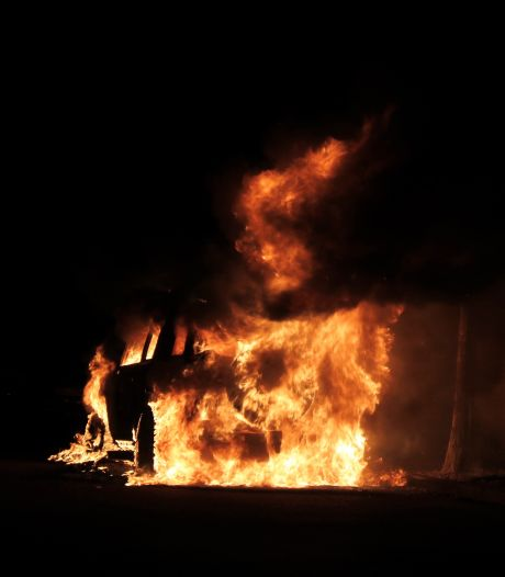 Auto gaat in vlammen op in Milsbeek
