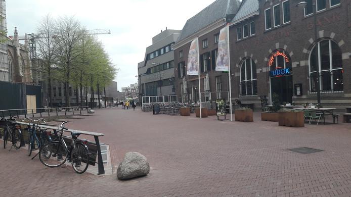 Het plein voor Dudok bij de Eusebiuskerk in Arnhem. Het gerucht gaat dat kooplieden in het bestuur van de Arnhemse warenmarkt die plaatsen aan zichzelf zouden hebben toegekend. 'Absoluut onwaar',  reageren ze daar.