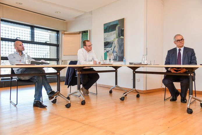 Sportief verantwoordelijke Steven De Proost (midden) en voorzitter Hans Van Duysen (rechts) willen de competitie graag hervatten.