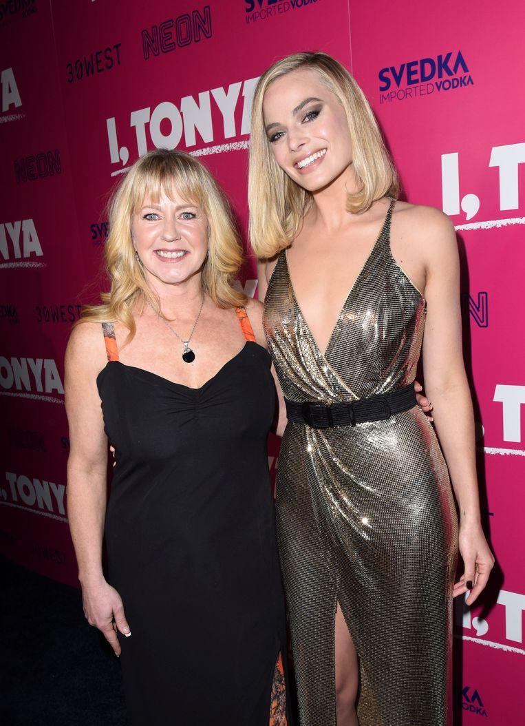 Tonya Harding poseert met Margot Robbie die haar rol speelt bij de première in Los Angeles van 'I, Tonya', een film over het turbulente leven van Harding.