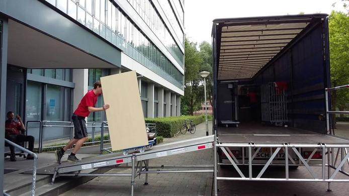 Personeel van Darvi Transport haalt de laatste ladingen uit het belastingkantoor aan de Gasthuisvelden in Breda. Schoon opleveren en de klus zit erop. Dan wacht het kantoor een nieuwe bestemming. foto Palko Peeters