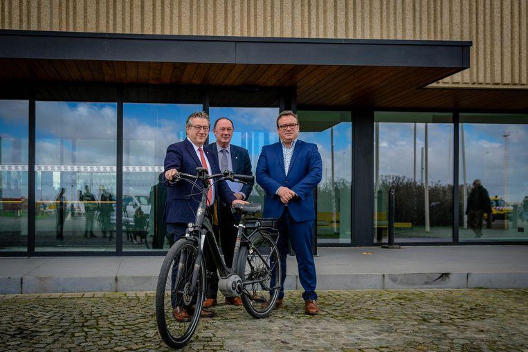 Dirk De fauw, Rik Goetinck en Jurgen Vanlerberghe aan het havenhuis.