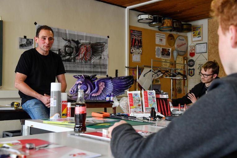 Bloemencorso-regisseur Bram Buytaert leerde de nieuwelingen maquettes maken voor de wagens.
